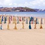Sombrillas en la Playa de San Lorenzo Gijón